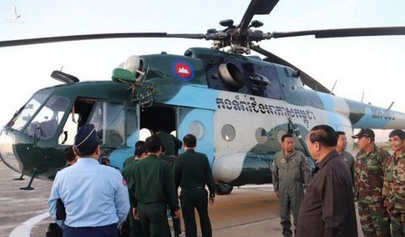 Đoàn cán bộ hai nước kiểm tra một trực thăng dùng vào cuộc diễn tập /// Bộ Quốc phòng Campuchia