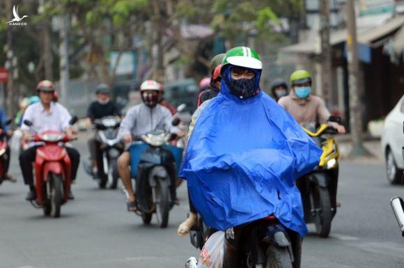 TP.HCM âm u cả ngày, chiều tối có mưa trái mùa - Ảnh 1.