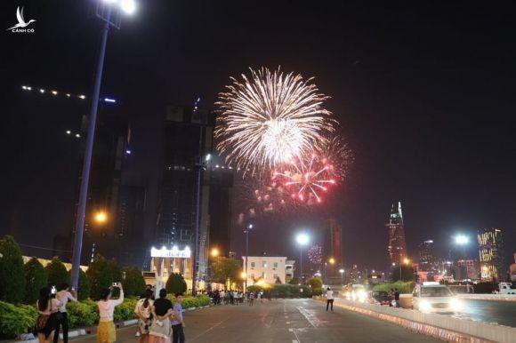 Người dân đổ ra đường xem pháo hoa, chào đón năm mới 2020 - Ảnh 11.