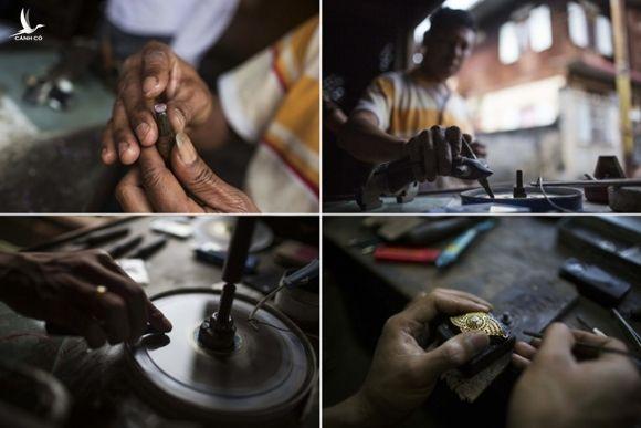 Sau khi khai thác, đá quý thô được đưa đến các cơ sở chế tác để cắt hoặc các cửa hàng bán đá quý để bán. Một số viên hồng ngọc được đưa đến cơ sở chế tác thủ công mà không phải dùng máy chạy điện để cắt mà dùng máy đạp bằng chân trước khi được chế tác thành đồ trang sức.