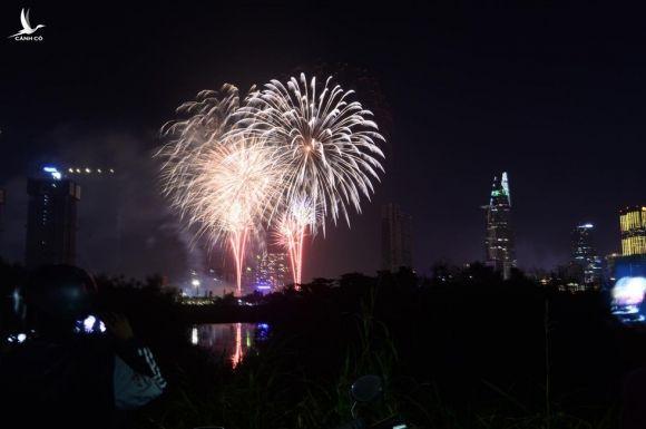 Người dân đổ ra đường xem pháo hoa, chào đón năm mới 2020 - Ảnh 2.