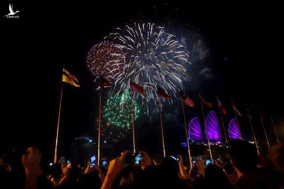 Người dân đổ ra đường xem pháo hoa, chào đón năm mới 2020 - Ảnh 5.