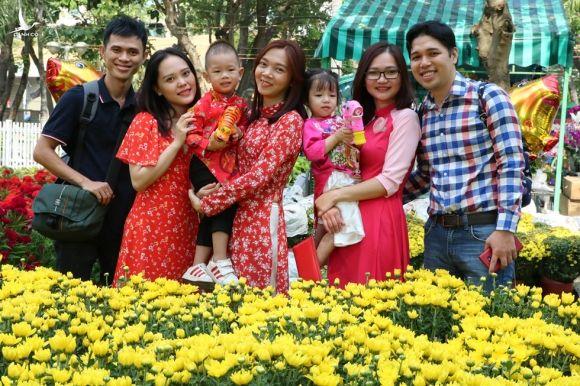 Người trẻ nô nức du xuân, ngắm hoa tết Sài Gòn - ảnh 1