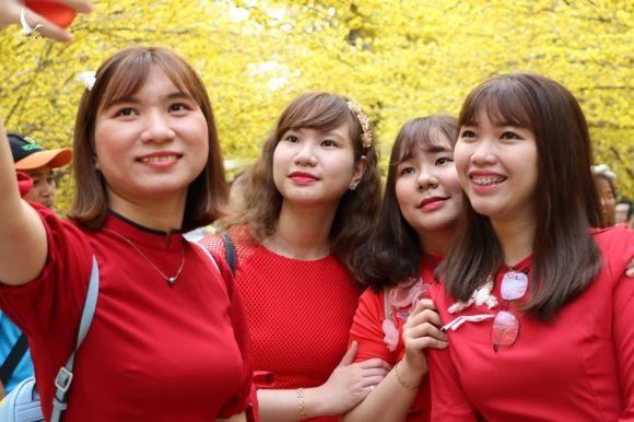 Người trẻ nô nức du xuân, ngắm hoa tết Sài Gòn - ảnh 19