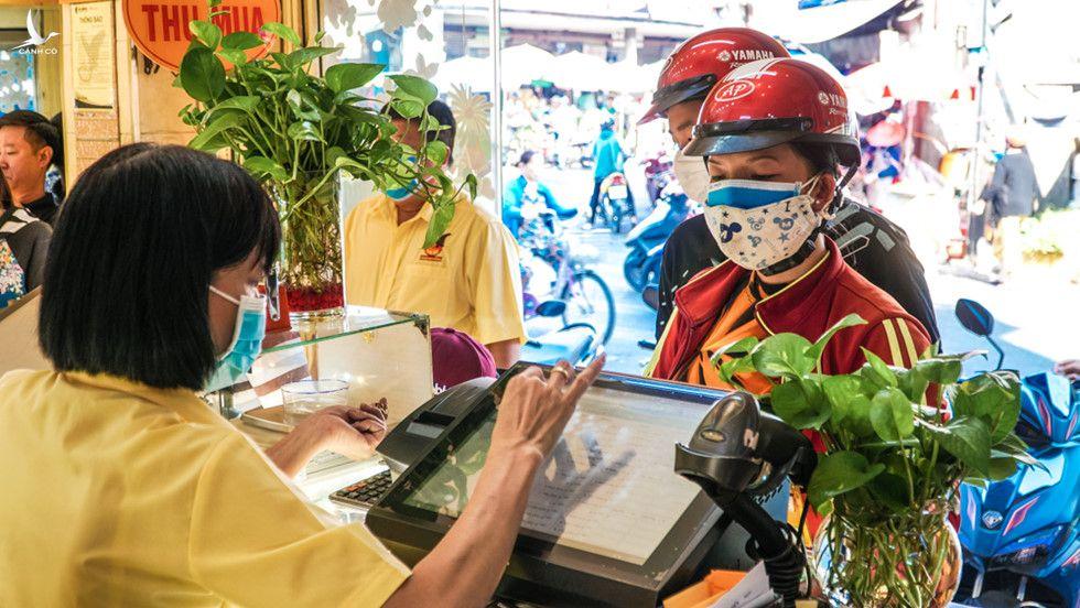 Người Sài Gòn đổ xô đi bán vàng khi giá giảm mạnh sau phiên tăng kỷ lục - ảnh 1