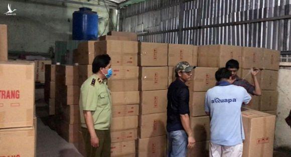 400 thùng khẩu trang không rõ nguồn gốc bị phát hiện /// Ảnh: CTV