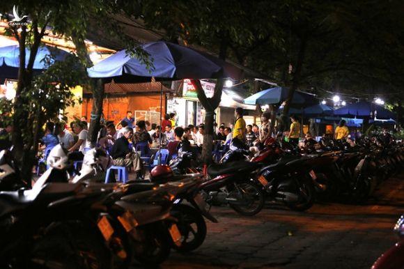 Hàng loạt nhà hàng, quán nhậu... tại Hà Nội vẫn hoạt động bất chấp lệnh cấm - ảnh 1