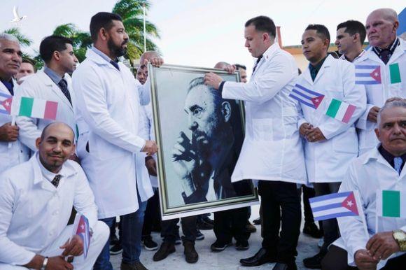 Cuba cử đội quân áo choàng trắng tới hỗ trợ Ý chống COVID-19 - Ảnh 1.