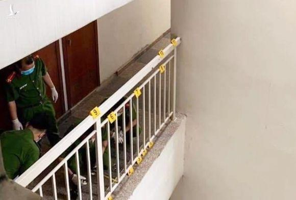 Cảnh sát khám nghiệm hành lang tầng 14 block D, sáng 10/4. Ảnh: LS Quynh.
