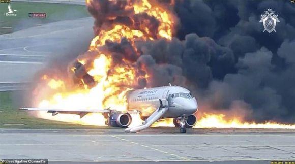 Clip mới về máy bay Nga trượt trên đường băng, bốc cháy dữ dội - Ảnh 1.