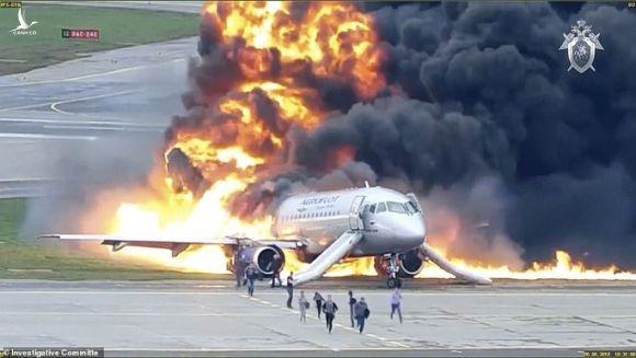 Clip mới về máy bay Nga trượt trên đường băng, bốc cháy dữ dội - Ảnh 2.