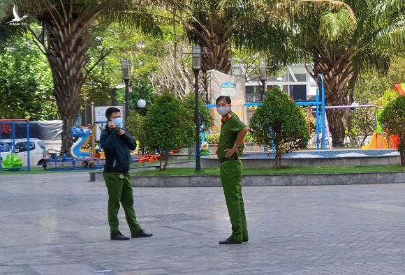 Cảnh sát rà soát xung quanh block D chung cư New Sài Gòn. Ảnh: Quốc Thắng.