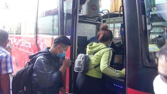 Nhiều sinh viên phải mua vé xe giá cao để vào lại TP.HCM học tập /// Tấn Đạt