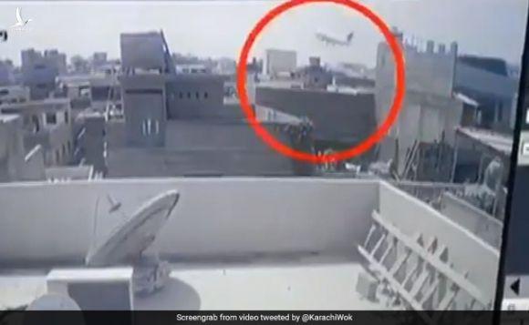 """Khoảnh khắc máy bay Pakistan chở 99 người nổ như """"cầu lửa"""" - 1"""