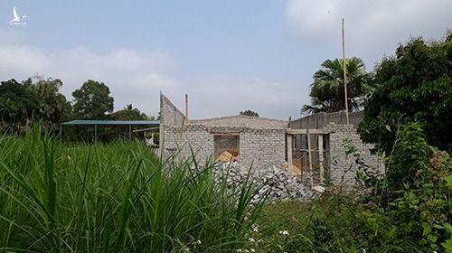 Một số hộ dân xây dựng trái phép trên đất nông nghiệp để chờ được bồi thường ở Thanh Hóa. Ảnh: Lê Hoàng.