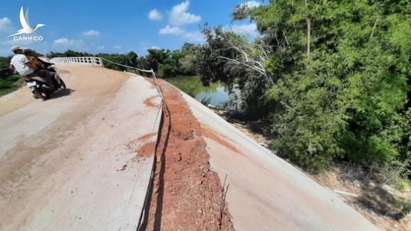 Chuyện lạ ở Bình Định: Cầu xây 10 tỉ mà dân lại sợ không dám đi - Ảnh 1.