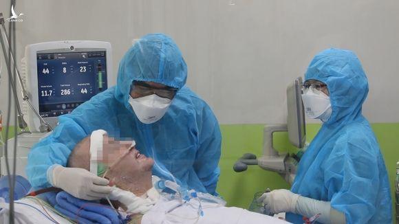 Bệnh nhân phi công cười khi bác sĩ trò chuyện, ngày 2/6. Ảnh do bệnh viện cung cấp.