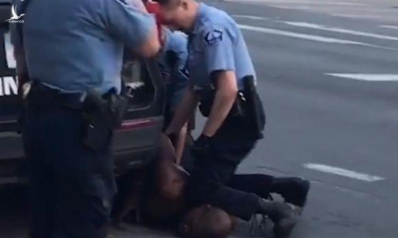 George Floyd bị cảnh sát khống chế trên đường phố Minneapolis hôm 25/5. Ảnh: CBS.