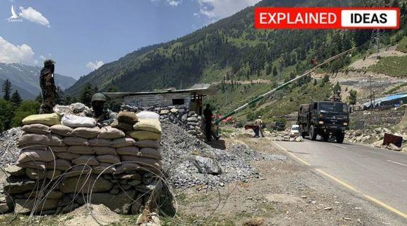 Một đoàn xe quân sự Ấn Độ di chuyển qua một chốt canh gác của binh sĩ nước này ở Ladakh ở biên giới tranh chấp với Trung Quốc, ngày 18-6. Ảnh: AP
