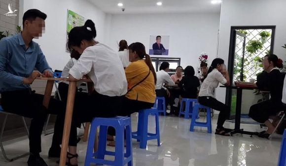 Người đến xin việc tại số 21A1 Làng Tăng Phú được tách riêng 1 kèm 1 để phỏng vấn /// Ảnh: Nhật Linh
