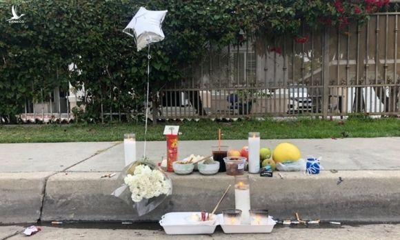Người thân lập bàn thờ cho nạn nhân Nguyễn Đại ở phố Caortada, bang California hôm 4/12. Ảnh: Daily News.