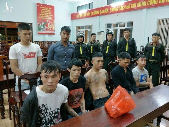 Một số thanh niên tham gia hỗn chiến bị tạm giữ tại cơ quan công an /// Ảnh: Công an cung cấp