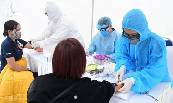 Nhân viên y tế lấy mẫu xét nghiệm nhanh tại quận Đống Đa, Hà Nội tháng 3/2020. Ảnh:Giang Huy