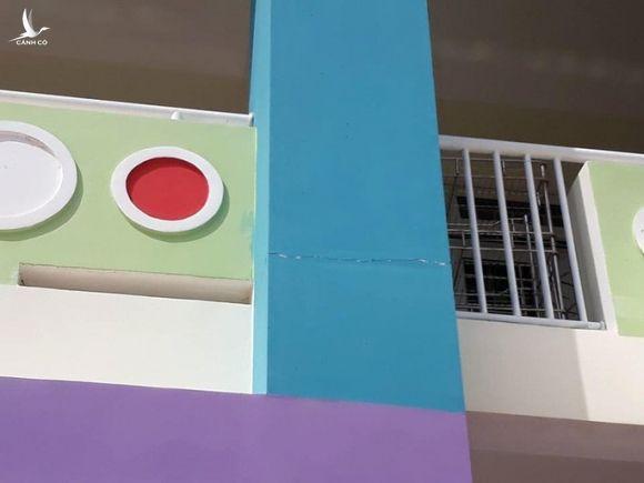 Trường mới xây xong đã nứt toác, chủ tịch huyện nói… bình thường! - Ảnh 2.