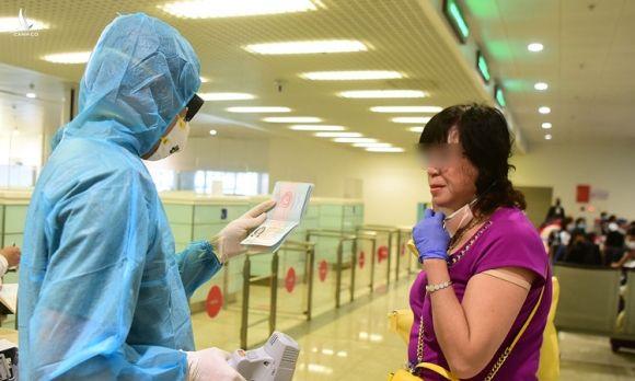 Nhân viên sân bay Nội Bài kiểm tra hộ chiếu của hành khách hồi tháng 3. Ảnh: Giang Huy.
