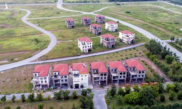 Biệt thự xây thô bỏ hoang tại một đô thị được quy hoạch hiện đại ở Bình Dương. Ảnh: Quỳnh Trần