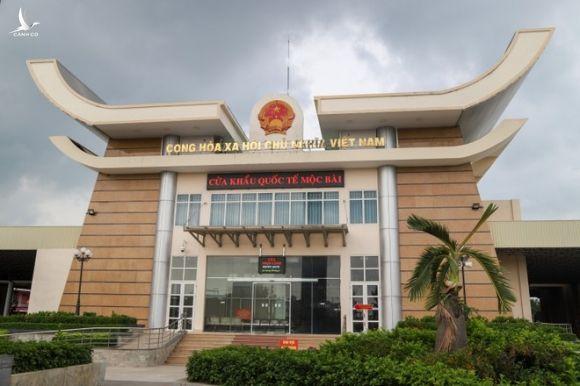 Tây Ninh đóng cửa dịch vụ không thiết yếu, rà soát người nhập cảnh trái phép - ảnh 1