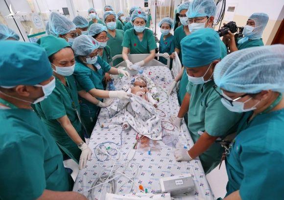 Ca phẫu thuật tách rời cặp song sinh dính nhau vùng bụng chậu kéo dài hơn 12 giờ đã kết thúc thành công /// ẢNH: NGỌC DƯƠNG