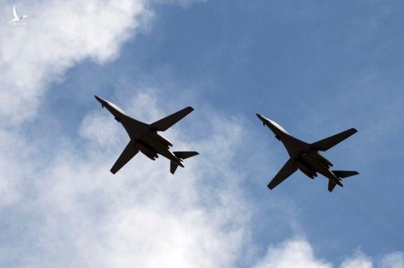 Hai chiếc máy bay ném bom B-1B trước khi hạ cánh xuống căn cứ không quân Andersen trên đảo Guam ngày 17.7 /// Không quân Mỹ