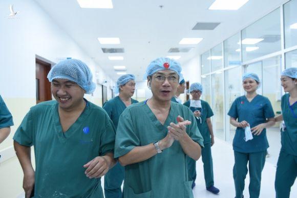 Thủ tướng Nguyễn Xuân Phúc gọi điện chúc mừng êkip phẫu thuật tách rời cặp song sinh - Ảnh 1.