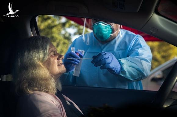 Nhân viên y tế tại thành phố Galt, bang California lấy mẫu xét nghiệm của người dân, ngày 23/7. Ảnh: NY Times
