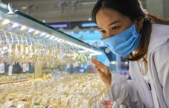 Người dân mua vàng tại một cửa hàng ở quận Bình Thạnh, TP HCM. Ảnh: Quỳnh Trần.