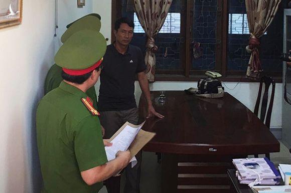 Ông Nguyễn Tâm Long lúc cảnh sát thực hiện lệnh khám nơi làm việc.
