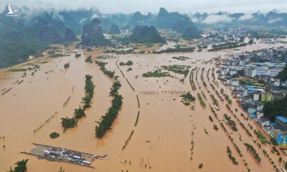 Nước sông Lệ dâng cao gây ngập lụt ở thị trấn Dương Sóc, tỉnh Quảng Tây, hôm 7/6. Ảnh: Reuters.
