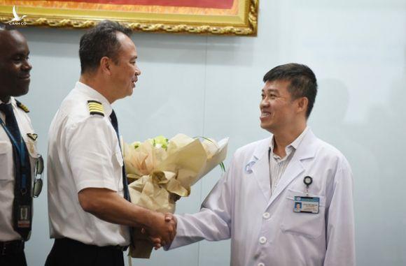 Bác sĩ Chợ Rẫy điều trị cho phi công người Anh đã có mặt tại Đà Nẵng - Ảnh 1.