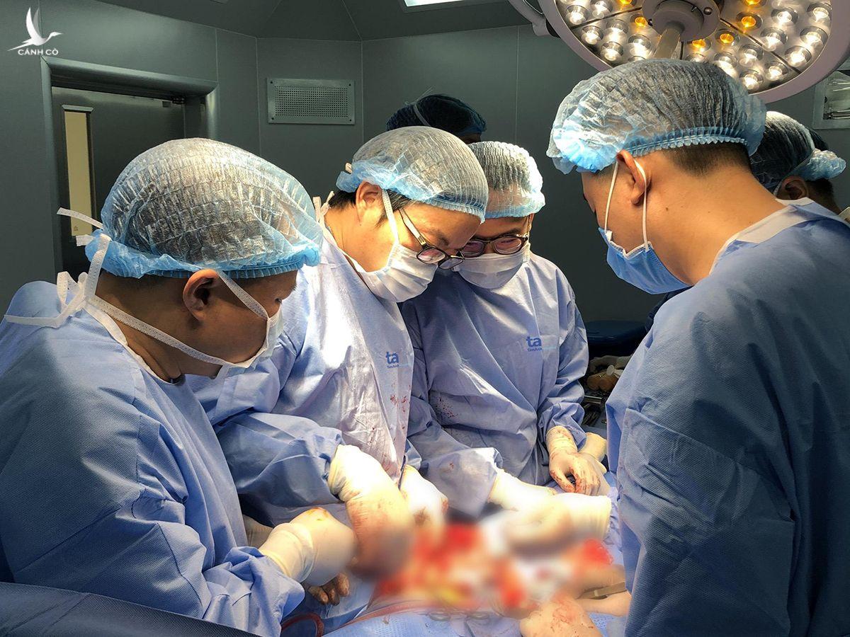 Phó giáo sư Trần Trung Dũng và êkip bác sĩ Trung tâm phẫu thuật Khớp - Y học Thể thao phẫu thuật thay khớp gối và ghép xương đùi chất liệu titan cho bệnh nhân Nguyễn Văn Tiến trong tháng 8. Ảnh: Hương Thảo.