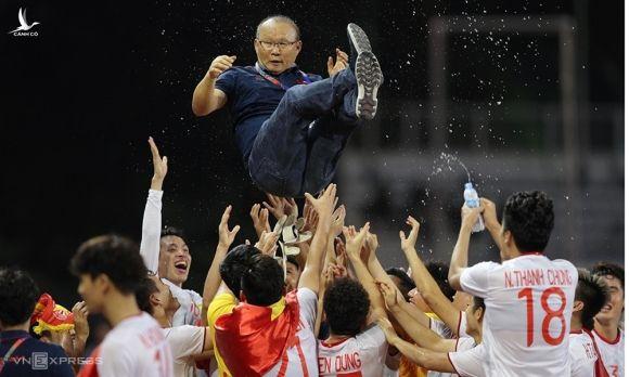 HLV Park Hang-seo và cầu thủ Việt Nam ăn mừng sau trận chung kết SEA Games 30 tại Philippines. Ảnh: Đức Đồng