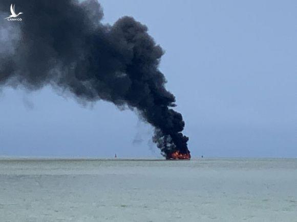 Tàu khách bốc cháy ngùn ngụt giữa biển, 25 người may mắn thoát chết - 1