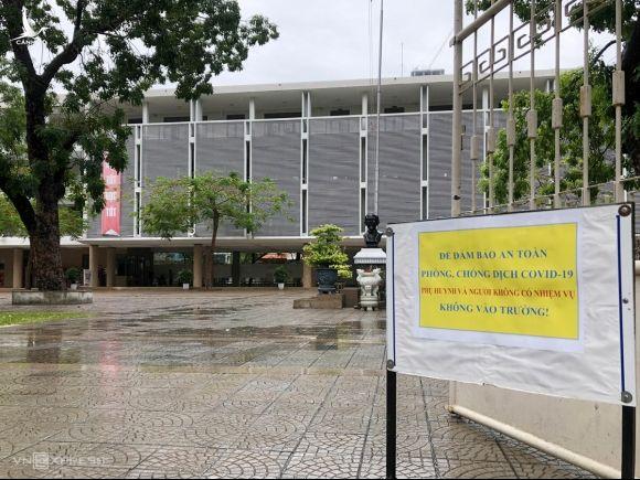 Tấm biển đặt trước cổng trường THPT Phan Châu Trinh, Đà Nẵng, ngày 31/7. Ảnh: Hoàng Phương.