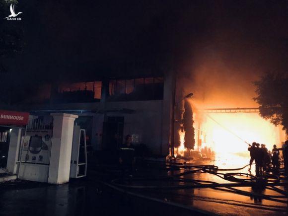 Đang cháy đỏ trời trong Khu công nghiệp Tân Tạo - Ảnh 1.