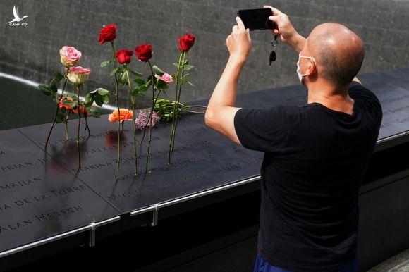 Mỹ tưởng niệm gần 3.000 nạn nhân tử vong do khủng bố ngày 11-9 - Ảnh 1.