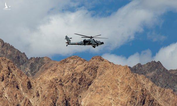 Nhận tiếp tế đặc biệt: Quân đội Ấn Độ để lộ một điểm yếu nguy hiểm so với Trung Quốc - Ảnh 2.