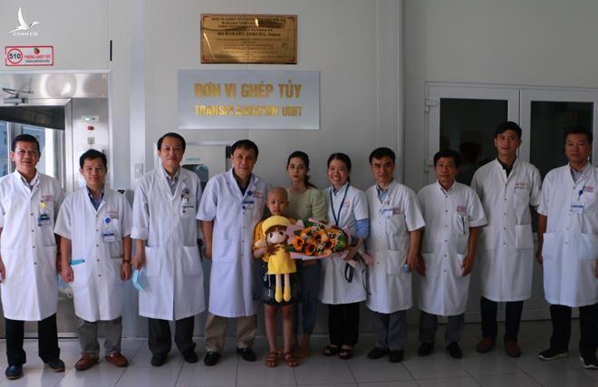Sau 15 ngày ghép tủy, bệnh nhi Q. được Bệnh viện T.Ư Huế cho xuất viện về nhà.