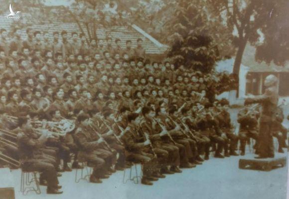 Nhạc sĩ Đinh Ngọc Liên chỉ huy dàn nhạc và dàn đồng ca lớp Quân nhạc năm 1974. Ảnh: Đoàn nghi lễ Quân đội.