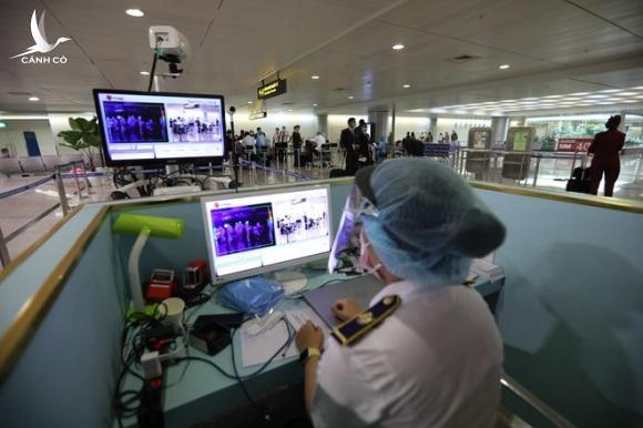 Hành khách khai báo y tế và làm thủ tục nhập cảnh tại sân bay Tân Sơn Nhất /// Ảnh: ngọc dương