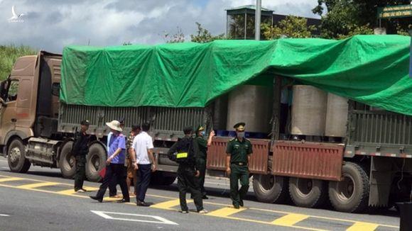 Hiện trường vụ bắt giữ 2 container chở chất lạ từ Việt Nam sang Trung Quốc /// Ảnh N.H